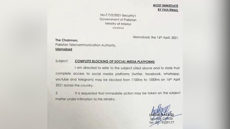 Pakistan bans social media