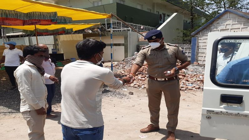 Rajkot: Police support those who come to Shapar to get oxygen cylinders, arrange pavilion-water