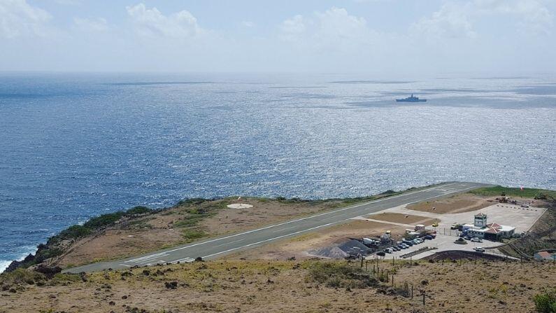 નેધરલેન્ડ્સની માલિકી વાળા કેરેબિયન ટાપુ સબાહ પાસે જુઆન્ચો ઈ. યરૌસ્ક્વિન એરપોર્ટ છે (Juancho Yrausquin Airport). જે વિશ્વનો સૌથી ટૂંકા વ્યાપારી રનવે હોવાનો દાવો કરે છે. આ રનવે માત્ર 400 મીટરનો છે, જે સરેરાશ વિમાનોથી માત્ર થોડો જ લાંબો છે. આ જ કારણ છે કે, અહીં મોટા વિમાનોના પ્રવેશ પર પ્રતિબંધ છે. વિંડએર એકમાત્ર એરલાઈન છે જે આ એરપોર્ટ પર ફ્લાઇટ્સનું સંચાલન કરે છે.