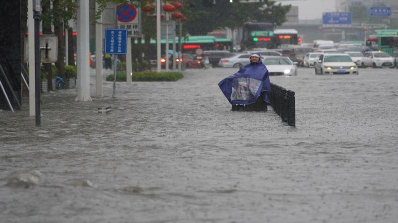 સમગ્ર શહેરના તમામ રસ્તા પૂરને કારણે પાણીમાં ડૂબી ગયા છે જેને લઇને વાહનચાલકોને હાલાકીનો સામનો કરવો પડી રહ્યો છે