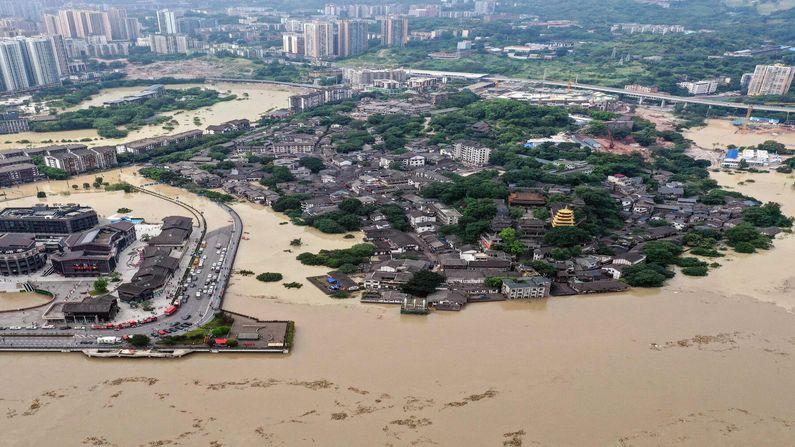 ભારે વરસાદના કારણે સમગ્ર શહેરમાં વીજળી ડૂલ થઇ ગઇ છે