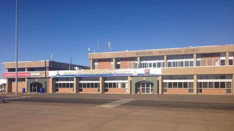 કિંગડમ ઓફ લેસોથ સંપૂર્ણ રીતે દક્ષિણ આફ્રિકાથી ઘેરાયેલું છે. અહીંનું એકમાત્ર એરપોર્ટ મોશોશૂ આઈ એરપોર્ટ (Moshoeshoe I airport) છે. તે સત્તાવાર રીતે આંતરરાષ્ટ્રીય વિમાનમથક તરીકે ઓળખાય છે. પરંતુ તે ફક્ત સાઉથ આફ્રિકન એરવેઝ દ્વારા જોહાનિસબર્ગની નોન-ડોમેસ્ટિક ફ્લાઇટ્સ ચલાવે છે. તેનો રનવે માત્ર 1000 મીટરનો છે.