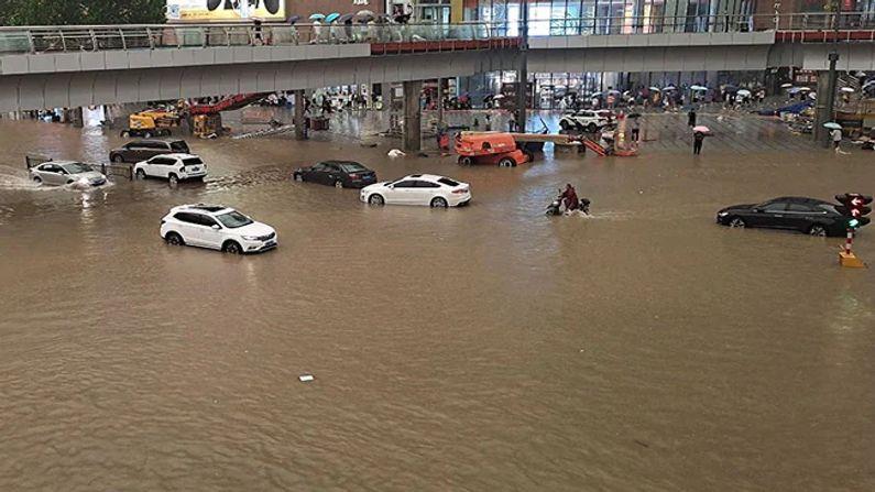 હેનાના પ્રાંતના ઝેંગ્ઝો (Zhengzhou) શહેરમાં મંગળવારે સાંજે 5 વાગ્યે સુધી 24 કલાકમાં રેકોર્ડ 457.5 મિલીમીટર (18 ઇંચ) વરસાદ નોંધાયો છે.