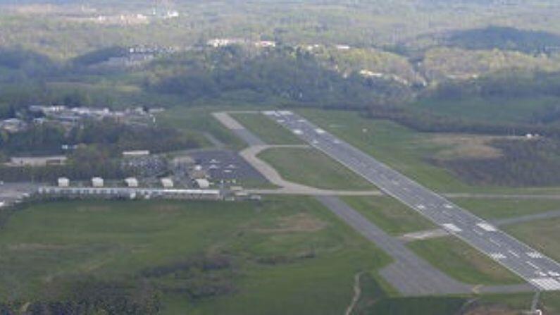 મોર્ગન્ટાઉન મ્યુનિસિપલ એરપોર્ટનો ઉપયોગ (Morgantown Municipal Airport) સામાન્ય રીતે સામાન્ય ઉડ્ડયન હેતુ માટે થાય છે. યુનાઇટેડ એરલાઇન્સ શહેરને ક્લાર્કસબર્ગ અને વોશિંગ્ટન ડીસીના વોશિંગ્ટન ડ્યુલ્સ આંતરરાષ્ટ્રીય વિમાનમથક સાથે જોડે છે. આ એરપોર્ટનો રનવે માત્ર અડધો માઇલ લાંબો છે. અહિંયા કોઈ પણ વ્યક્તિ રેસ્ટોરન્ટમાંથી બેસીને વિમાનોને ઉડતા અને લેન્ડ કરતા જોઈ શકે છે.