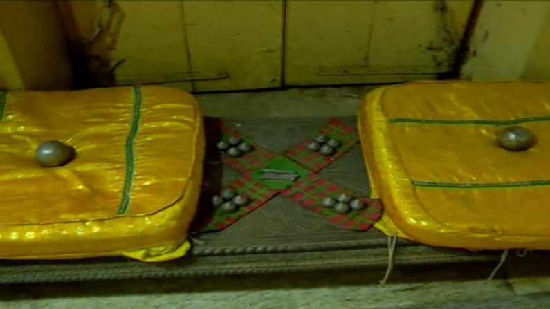 મંદિરમાં વૈષ્ણવ પરંપરા અનુસાર રામજીની સેવા થાય છે. ભગવાનને રમવા અહીં ચોપાટ પણ મૂકાયેલી છે. શિખરબદ્ધ રામમંદિરોથી ભિન્ન કાલારામજીનું મંદિર હવેલીશૈલીનું ભાસે છે. અહીં નિત્ય પ્રભુને પાંચ આરતી અને ભોગ લાગે છે. કાલારામજી એટલે તો શ્રીહરિનું એ સ્વરૂપ કે જેના દર્શન માત્રથી જ શ્રદ્ધાળુઓ પરમસૌભાગ્યની અનુભૂતિ કરે છે.