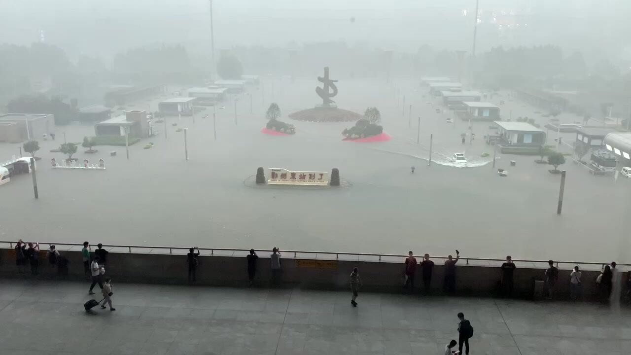 સતત વરસાદને કારણે ઝેંગઝોઉ મેટ્રોમાં પાણી ઘૂસી ગયુ. અધિકારીના જણાવ્યા પ્રમાણે મેટ્રોની અંદર જ 12 લોકોના મોત થઈ ગયા હતા. ઘટનામાં પાંચ લોકો ઘાયલ થયા અને 50થી વધુ લોકોને સુરક્ષિત બહાર કાઢવામાં આવ્યા.