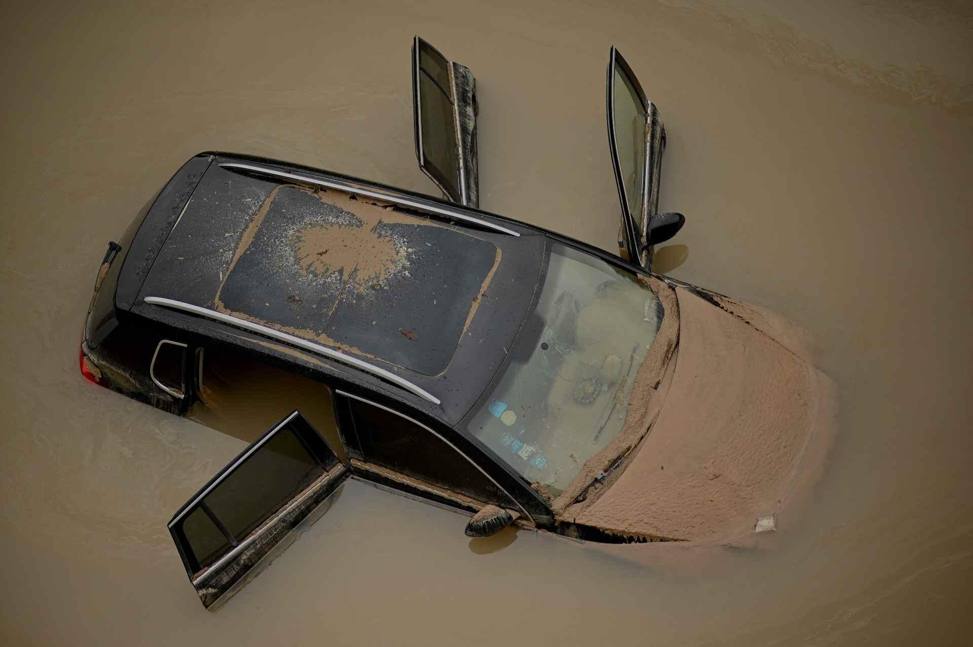 વરસાદને કારણે કેટલાક શહેરોમાં લેન્ડ સ્લાઈડની ઘટના પણ બની. ગોંગયી શહેરમાં ઘર અને દિવાલ ધરાશાયી થવાની ઘટનામાં ચાર લોકોના મોત થયા છે.
