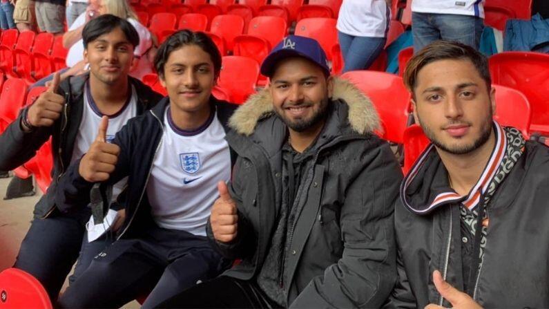 ઈંગ્લેન્ડ પ્રવાસ (England) પર ગયેલ ભારતીય ક્રિકેટ ટીમના વિકેટકીપર બેટ્સમેન ઋષભ પંત (Rishabh Pant) અને સપોર્ટ સ્ટાફનો એક સભ્ય કોરોના વાયરસથી સંક્રમિત થયો છે. ગુરુવારે 15 જુલાઈએ ઋષભ પંત કોરોના (Corona) સંક્રમિત હોવાનો ખુલાસો થયો હતો. BCCI તરફથી પંતનું નામ અધિકારીક રીતે જાહેર કરવામાં આવ્યું નથી.