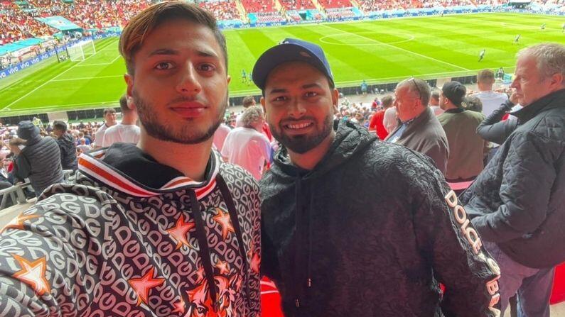 ભારતીય ખેલાડીઓ ઈંગ્લેન્ડમાં 20 દિવસની રજા પર હતા. એવામાં દરેક ખેલાડી અને સભ્ય ક્યાંયના ક્યાંય ફરવા લાગ્યા હતા. કોરોના સંક્રમણમાં આવેલ રુષભ પંત પણ તે ખેલાડીઓમાંથી હતા. જે યૂરો 2020ની મેચ જોવા માટે લંડનના વેમ્બલી સ્ટેડિયમમાં ગયા હતા. પંતે ત્યાંથી પોતાના મિત્રો સાથેની એક તસ્વીર પણ શેર કરી હતી.