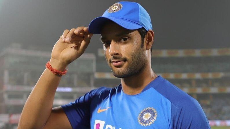 ભારતીય ટીમ (Team India) ના ઓલરાઉન્ડર શિવમ દુબે (Shivam Dube) હાલમાં ભારતીય ટીમ સાથે પ્રવાસે નથી. પરંતુ તેણે પોતાના જીવનની ઇનીંગ શરુ કરી દીધી છે. મુંબઇનો આ ઓલરાઉન્ડર લગ્નના બંધને બંધાઇ ચુક્યો છે. શિમવે શુક્રવારે 16 જૂલાઇએ પોતાના સોશિયલ મીડિયા એકાઉન્ટ પર કેટલીક તસ્વીરો શેર કરીને જાણકારી આપી હતી.