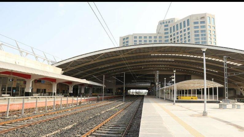 ભારતમાં ગાંધીનગર પહેલું રેલવે સ્ટેશન છે જ્યાં સ્ટેશન  ઉપર 5 સ્ટાર હોટલની સુવિધા હશે. આ ફાઈવ સ્ટાર હોટેલ અત્યાધુનિક સુવિધાઓ સાથેની અને 318 રૂમ વાળી છે. ગાંધીનગરમાં દેશ વિદેશથી આવનારા લોકો માટે રોકાણની પ્રથમ પસંદગી બનશે.