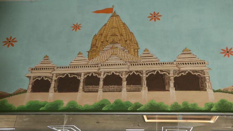 રેલવે સ્ટેશનની અંદર બનેલી અયોધ્યા રામ મંદિરની તસવીર લોકોનું ધ્યાન પોતાની તરફ આકર્ષિત કરે છે.