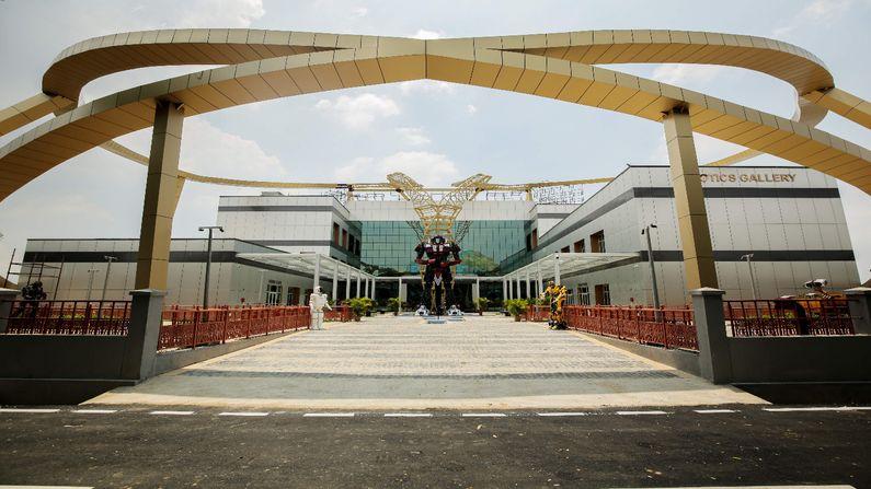 127 કરોડના ખર્ચે તૈયાર થયેલી ત્રણ માળની રોબોટિક ગેલેરી (Robotic Gallery) માં 79 પ્રકારના 202 રોબોટનો સમાવેશ કરવામાં આવ્યો છે.