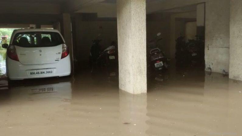 મુંબઈમાં અનેક વિસ્તારોમાં વરસાદી પાણી ઘરોમાં ધુસ્યા છે. અનેક લોકોએ પાણીમાં જ રાત પસાર કરી હતી.