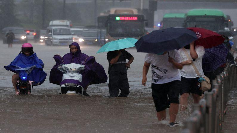 પાણીનું સ્તર વધી જતા લોકો અને તેમના વહાનો રસ્તા વચ્ચે ફસાયા