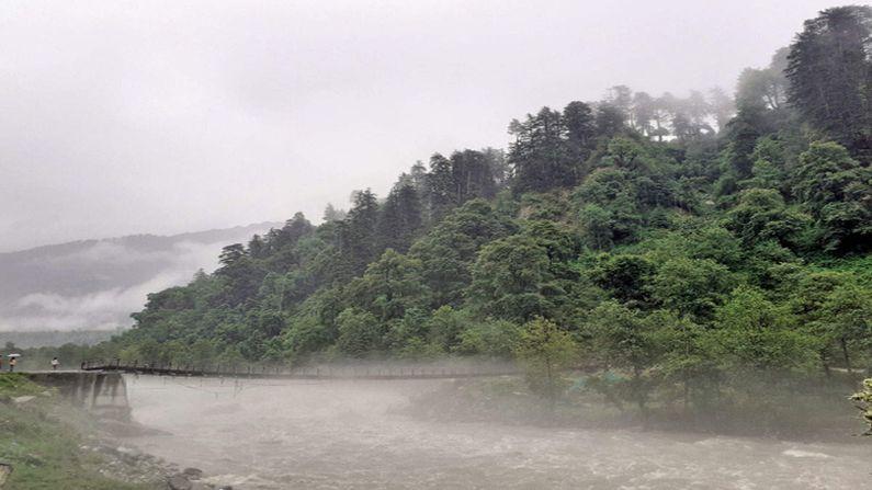 જમ્મુ-કાશ્મીરમાં ભારે વરસાદના કારણે પૂરની (Flood in Jammu & Kashmir) સ્થિતી સર્જાઇ છે, સમગ્ર ઉત્તર ભારતમાં સતત વરસાદ વરસી રહ્યો છે જેના કારણે મોટા પ્રમાણમાં નુક્સાનીના દ્રશ્યો સામે આવ્યા છે