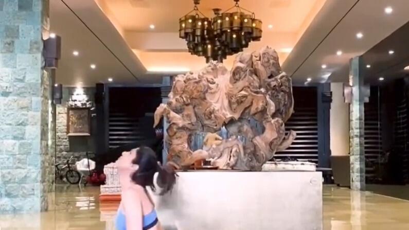शिल्पा शेट्टी आए दिन अपने योग के वीडियो शेयर करती रहती हैं, जिसमें फैंस को उनके आलीशान घर की झलक देखने को मिलती है।