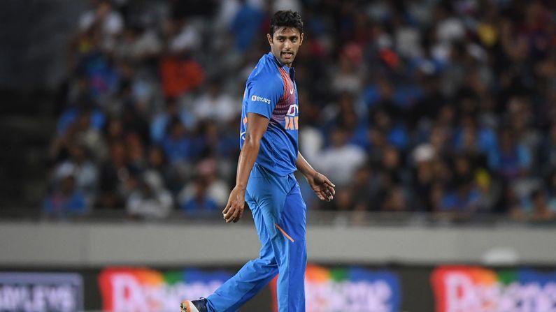 ઓલરાઉન્ડર શિવમ દુબે ભારત તરફ થી T20 મેચ રમવા દરમ્યાન 5 વિકેટ પણ ઝડપી ચુક્યો છે. તે રાઇટ આર્મ મીડિયમ ફાસ્ટ બોલીંગ કરે છે. તેણે બાંગ્લાદેશ સામે T20 આંતરરાષ્ટ્રીય મેચમાં ડેબ્યૂ કર્યુ હતુ.