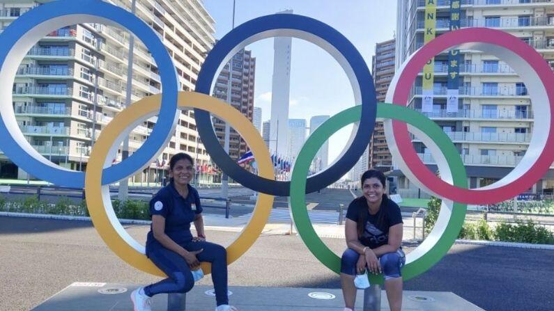 ટોક્યો ઓલિંમ્પિક (Tokyo Olympics) રમતો શરૂ થવાને આડે હવે ત્રણ દિવસ રહ્યા છે. વિશ્વના દિગ્ગજ ખેલાડીઓ આ માટે જાપાનની રાજધાની પહોંચી ચૂક્યા છે. આ વખતનો રમતોનો મહાકુંભ ટોક્યોમાં યોજાનાર છે. ટોક્યો ઓલિંમ્પિક માટે ભારતીય ખેલાડી પણ પહોંચી ચૂક્યા છે. જ્યાં પરિસ્થિતિને અનુકૂળ થવા ખેલાડીઓ પ્રયાસ કરી રહ્યા છે. તેમજ ટ્રેનિંગ પણ કરી રહ્યાં છે. ખેલાડીઓના ટોક્યો પહોંચવાની સાથે ઓલિંમ્પિક વિલેજની તસવીરો પણ સામે આવી રહી છે. આ તસવીરોમાં ઓલિમ્પિક વિલેજ ની ભવ્યતા અને સુવિધાઓ નજર આવી રહી છે. તસવીરમાં ભારતીય ટીમ સદસ્ય સુમા શિરૂર જોવા મળી રહી છે.