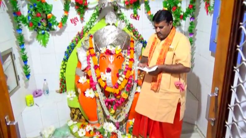 By writing a letter here the devotees convey their wish to Gajanan Know the glory of Siddhivinayak of Dhank