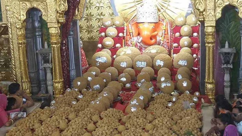 Know the glory of Moti Dungari Ganeshji of Jaipur this Ekdanta is pleased with the offerings of laddu
